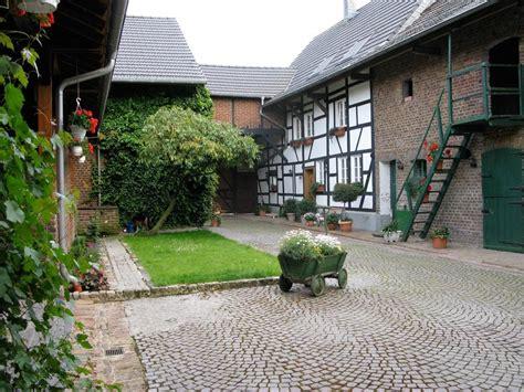 Innenhof Römischer Häuser by Vierkanthof Innenhof Hof Hof Innenhof Und Bauernhaus