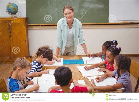 bureau professeur professeur et élèves travaillant au bureau ensemble photo