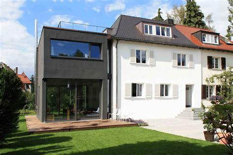 Moderne Häuser Umbauen by Traditionelles Doppelhaus Mit Stylishem Anbau Black Is