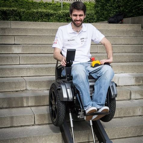 la chaise electrique vidéo le fauteuil roulant scalevo qui monte les escaliers inventé par des étudiants