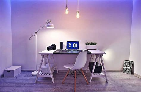 Seorang pelajar atau mahasiswa yang masih belajar juga membutuhkan desain meja komputer yang nyaman dan tidak menganggu kesehatan pengguna. Model Meja Komputer Keren | Rumah minimalis, Minimalis, Meja
