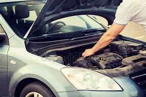 Aide Reparation Voiture : femme aide un m canicien automobile la roue avant de la voiture dans un garage de r paration la ~ Medecine-chirurgie-esthetiques.com Avis de Voitures
