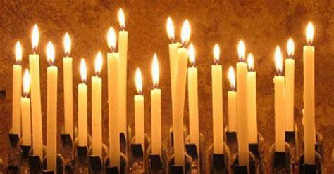 accendo una candela luce d inverno pregare con una candela