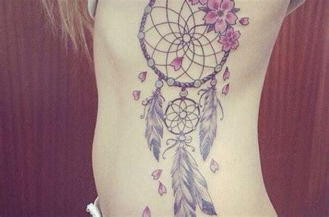 tatouage fleur sur attrape reve plume cote femme
