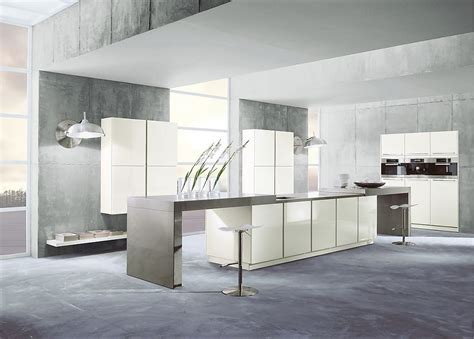 isla de cocina blanca  barra  encimera en acero inoxidable