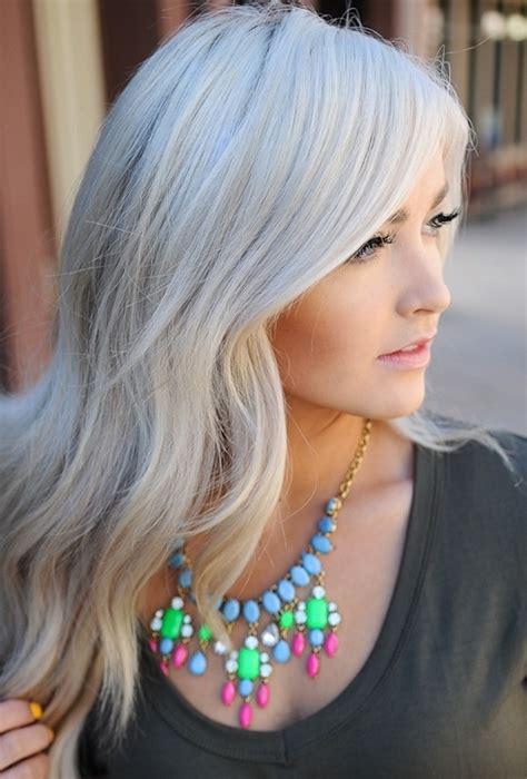 graue stunning haare grau frben dame mit braunes tshirt und bunter halskette with graue simple