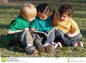 Image D Enfant : groupe d 39 enfants avec le livre photo stock image 11173216 ~ Dallasstarsshop.com Idées de Décoration