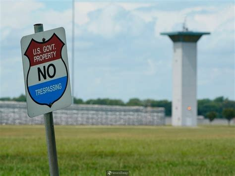 U.S. judge again delays execution of lone woman on federal ...