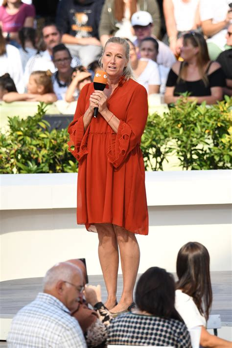 "Andrea ""kiwi kiewel (* 10. ZDF-""Fernsehgarten"": Andrea Kiewel verkündet einen ..."