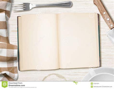 cahier de recette de cuisine table de cuisine avec le livre ouvert ou cahier pour faire