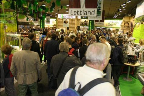 """Atklāj Latvijas stendu starptautiskajā izstādē """"Zaļā ..."""