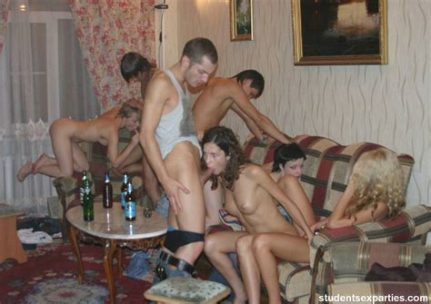 Student Sex Party Drunk College Girls Suck Cocks On