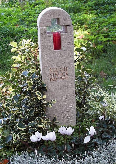 grabmalgestaltung urnengrabstein mit lichtkreuz