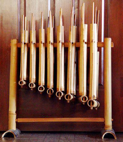 Berikut adalah contoh contoh alat musik chordophone. Didik's blog: 1. Alat musik Menurut fungsinya
