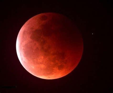 Nguyệt thực đạt cực đại, mặt trăng nằm ở gần trung tâm của vùng bóng tối. Nguyệt Thực Là Gì? Tìm Hiểu Về Nguyệt Thực Là Gì?