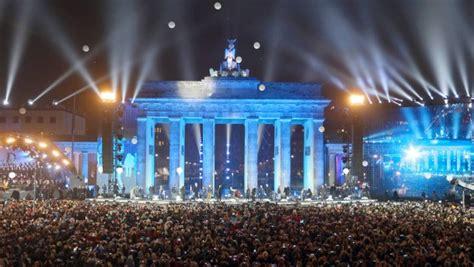 25 Jahre Mauerfall In Berlin by Feiern In Berlin Die Mauer Steigt In Den Himmel 25