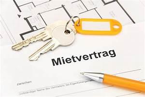 Erste Wohnung Checkliste : mietvertrag mit orangem schl sselbund und kugelschreiber ~ Orissabook.com Haus und Dekorationen