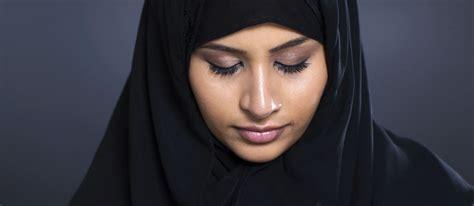 si鑒e velo ragazzina musulmana si toglie il velo per andare a scuola e viene malmenata dalla madre target donna