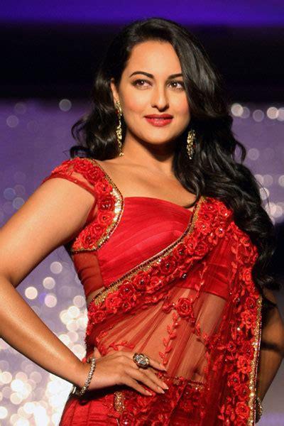 Actress Hot Hot Sonakshi Sinha Latest Saree Navel Show