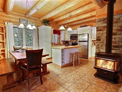 cuisine au four à bois aurore boréale au chalet en bois rond chalets