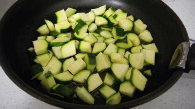 cuisiner courgettes poele comment cuisiner les courgettes a la poele