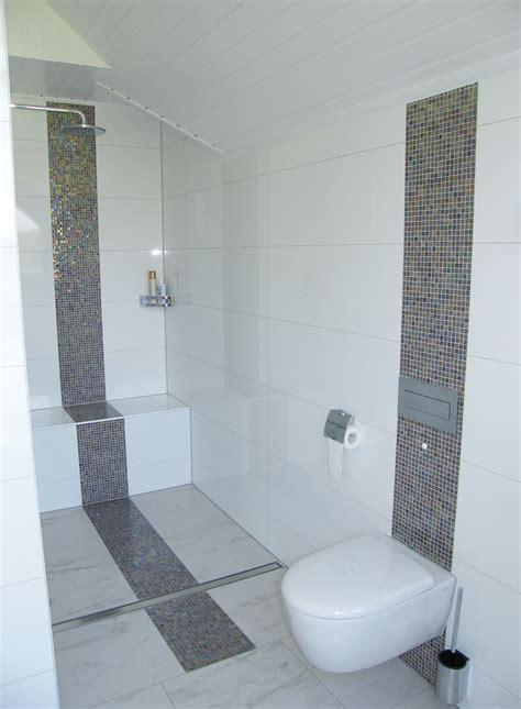 modernes familienduschbad mit klarer linie badezimmer