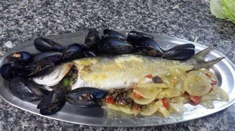 Ste Su Cuscini Pesce Serra Al Forno Su Letto Di Patate E Cuscino Di Cozze