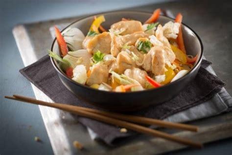 recettes de cuisine au wok recette de wok de poulet et légumes au satay facile et rapide