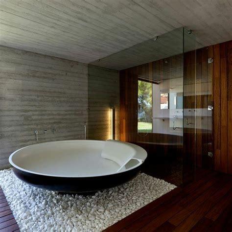 Freistehende Badewanne Die Moderne Badeinrichtungfreistehende Badewanne In Gruen by Freistehende Badewanne Blickfang Und Luxus Im Badezimmer