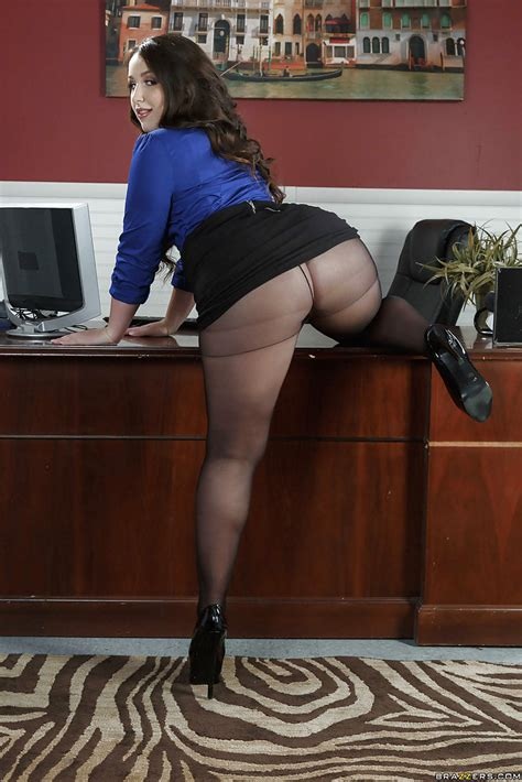 Latina Fatty Lola Foxx Sheds Pantyhose To Bare Big Butt In