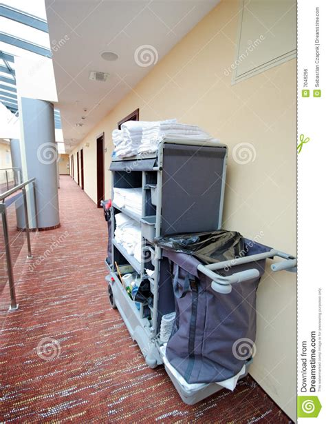 nettoyage de chambre chariot à nettoyage de chambre d 39 hôtel image libre de