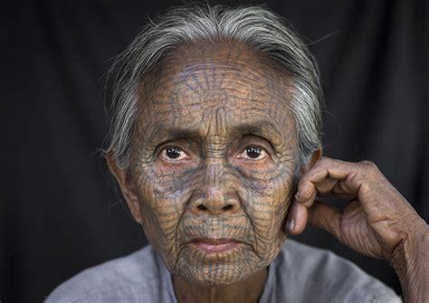 tradisi menato wajah wanita  sembunyikan kecantikan