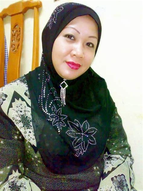 Tante Oneng Pakai Jilbab Pamer Toket Gede Semok Menggoda