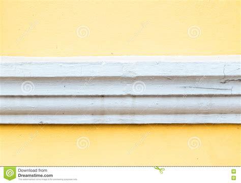 comment peindre les murs d une cuisine peinture couleur jaune dynamisez le blanc avec une
