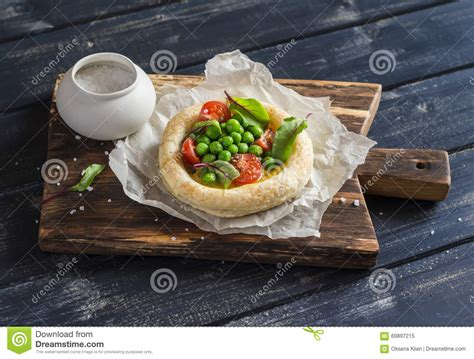 achat pate feuilletee rectangulaire tartelette de p 226 te feuillet 233 e avec l oeuf les pois et les tomates photo stock image 69897215
