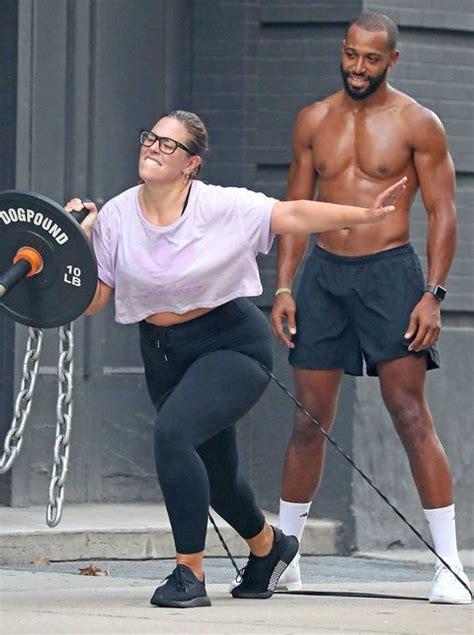 Ashley Graham se monta un gimnasio al aire libre con