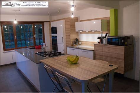 plan de travail cuisine grande largeur grande cuisine blanc brillant et bois avec grand ilot