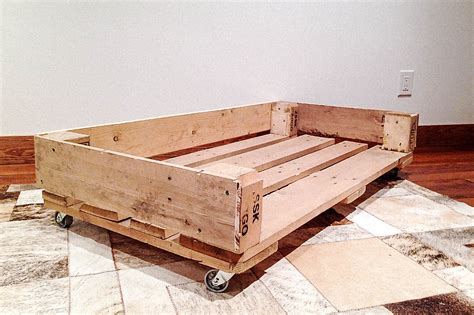 make this: wood pallet dog bed | Hello, Scarlett Blog