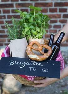 Kreative Geschenke Für Männer : biergarten to go diy geschenkidee zum einzug geldgeschenke verpacken basteln geschenke ~ Orissabook.com Haus und Dekorationen