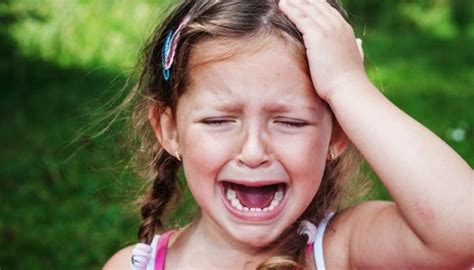 Māte piedzeras, iesper 9 gadus vecajai meitai pa vēderu, rauj aiz matiem un izmet no mājas ...