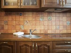 Fliesenfolie Küche Selbstklebend : selbstklebende fliesenfolie tipps anbieter preise ~ Frokenaadalensverden.com Haus und Dekorationen