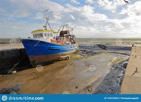 leigh tide low legde trawler het fishing vast modderige overzees kade kleurrijke strand bij een met spiaggia sciabica attraccata banchina
