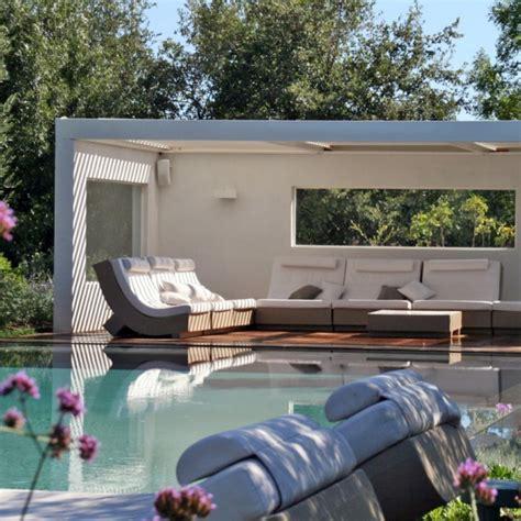 installation de la hotte de cuisine construction d 39 un pool house au bord de la piscine mobilier décoration architecture côté
