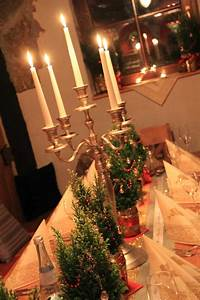 Dekorationsvorschläge Für Weihnachten : tischdeko f r weihnachten mit bedrucktem schleifenband ~ Lizthompson.info Haus und Dekorationen