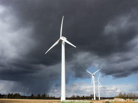Управление поворотом лопастей ветрогенератора переменной скорости с целью ограничения мощности и уменьшения динамических нагрузок