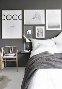Schlafzimmer Wand Hinter Dem Bett : dunkelgraue wand im schlafzimmer mit bildern hinter dem bett schlafzimmer einrichten ~ Eleganceandgraceweddings.com Haus und Dekorationen