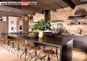 rustikale küche rustikale wandgestaltung küche einrichten ideen metallstühle bartheke