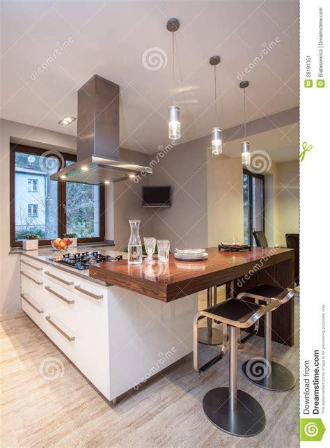 tv cuisine maison de travertin cuisine avec la tv image stock