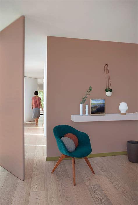 une chambre bureau peinte en rose poudre avec  fauteuil