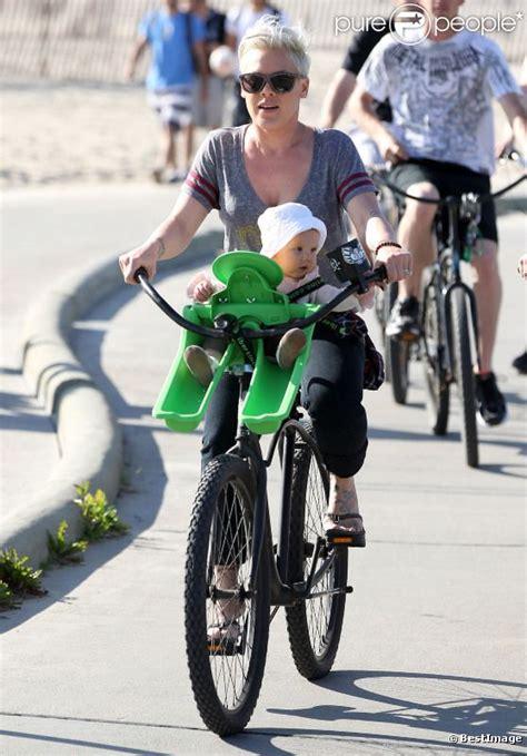 siège bébé pour vélo pink s 39 offre une balade à vélo avec sa fille sur le siège